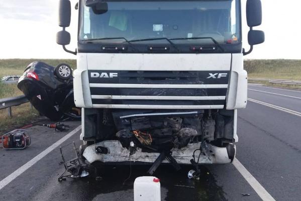 От удара передняя часть легкового автомобиля сложилась