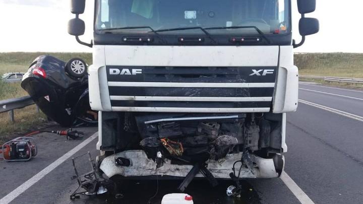 Страшное лобовое: в Самарской области легковушка въехала в грузовик