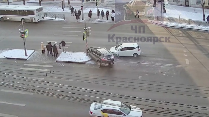 Светофор остановил кроссовер, летевший после аварии на группу пешеходов