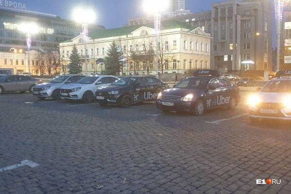 Сегодня утром таксисты заняли места на площади 1905 года в знак несогласия с новыми правилами оборудования автомобилей