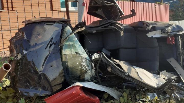 Пострадавших вырезали: в Самаре водитель «Приоры» врезался в забор