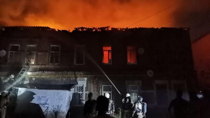 «Причина — поджог»: в Самаре в центре города загорелась деревянная двухэтажка