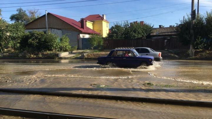 «Вода добралась до трамвайных путей»: в Волгограде из-за порыва трубы начался потоп