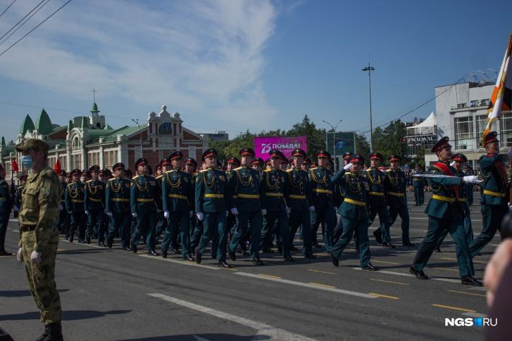Сперва по площади промаршировали парадные расчеты