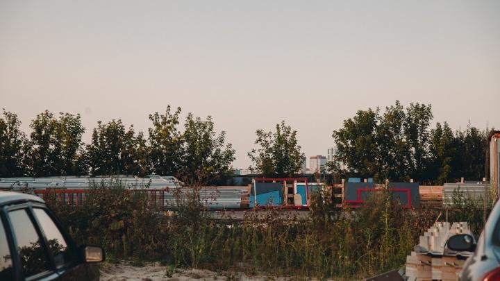 У набережной Туры полностью разобрали гостиницу-сарай. Что там теперь появится — никто не говорит