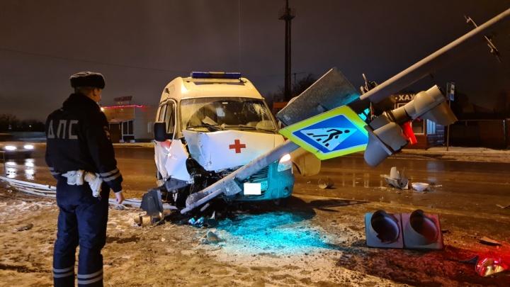 На Урале водитель скорой уснул за рулем и врезался в столб. Два человека пострадали