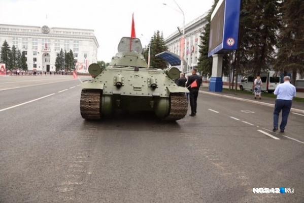 Такие следы остались на площади Советов после того, как танк выгрузили
