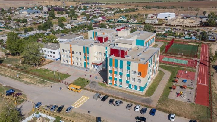 «Наши вопросы могли быть неудобными»: жителей поселка Волгоградской области отгородили от вице-губернатора и чиновников