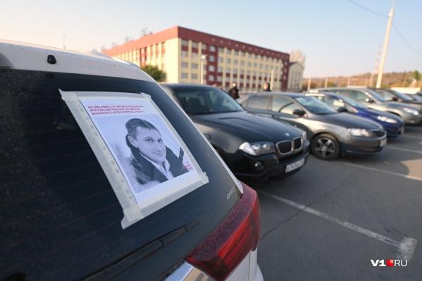 Больше 20 машин проедут по центру Волгограда с фотографиями Романа Гребенюка