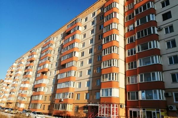 Мальчик вместе с другом гулял возле многоэтажки в Старом Кировске