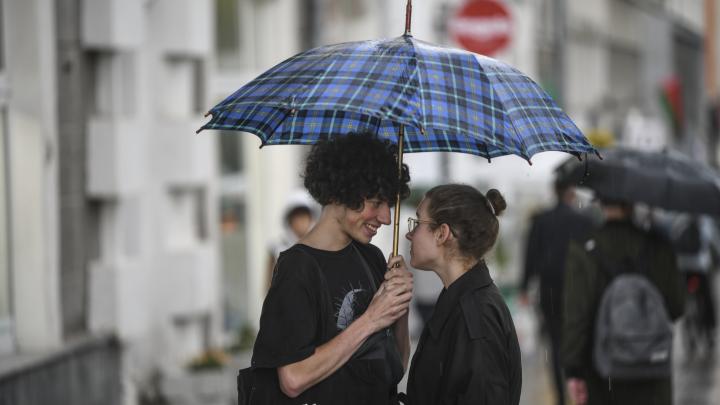 Дождались! Фоторепортаж с улиц Екатеринбурга, где после двухнедельной жары наконец пошел дождь