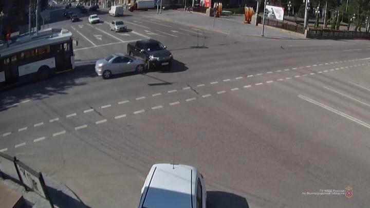 Пассажирку увезли в больницу: на проклятом перекрестке в центре Волгограда вновь столкнулись машины