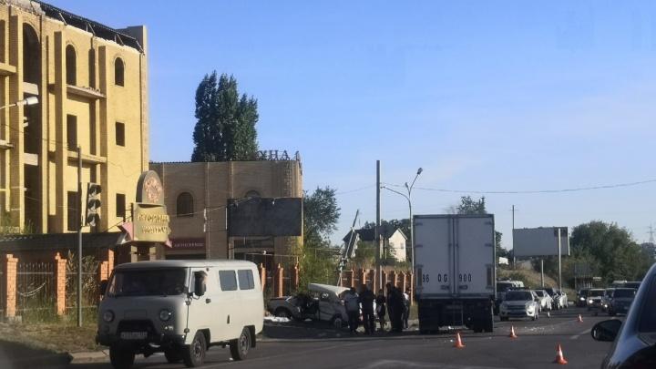«Есть ли живые — неизвестно»: в Волгограде грузовик раздавил легковушку