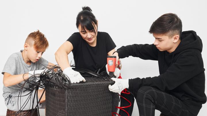 Спортивные и талантливые: в ЖК «Чемпионский» играют в футбол и плетут мебель из ротанга