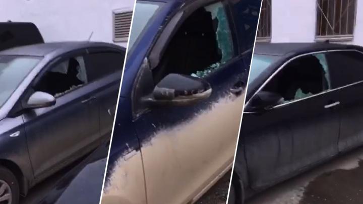 В Екатеринбурге на парковке у дома разгромили девять машин