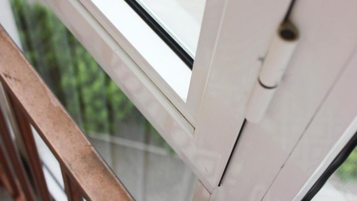 Четырёхлетний ребёнок выпал из окна в Челябинской области