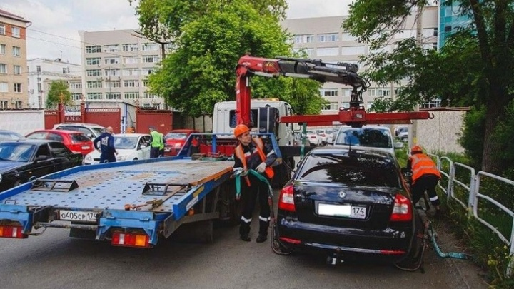 Автомобили челябинцев после претензий мэрии начали эвакуировать на старую штрафстоянку