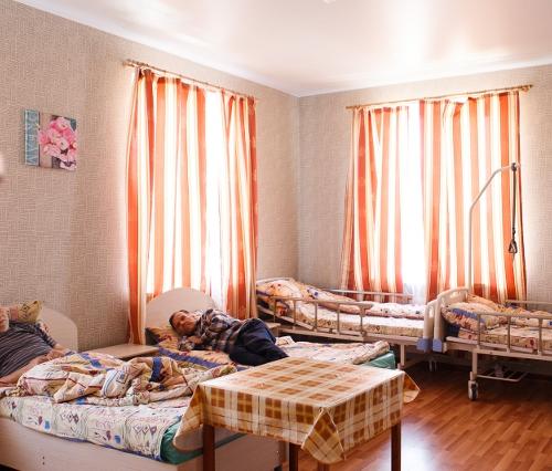 Пенсионеры жили в комнатах пансионата по 4–5 человек