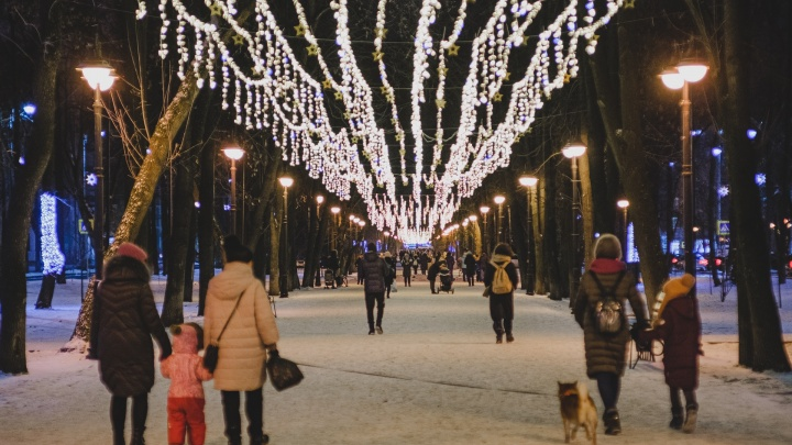 Звезды, гирлянды и розовощекие Деды Морозы в витринах и на улицах: как украшают Пермь к Новому году