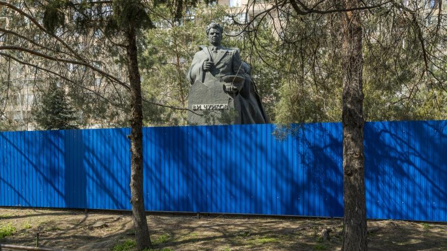 «Счастливы, что нас все же услышали»: в центре Волгограда закрыли на ремонт памятник Чуйкову