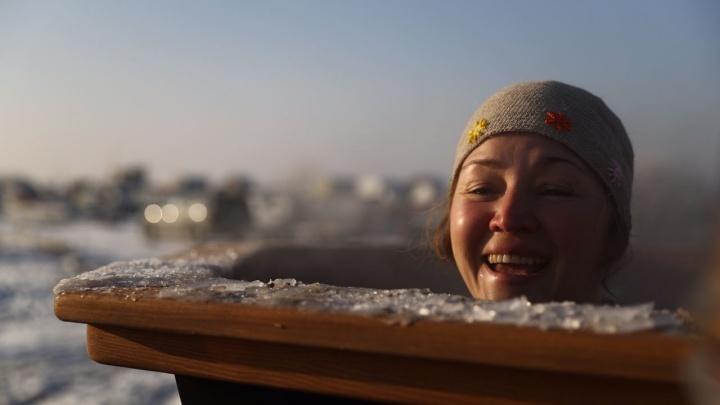 Покорители холода: 10 шикарных кадров с купания в проруби (смотришь — и мороз по коже)