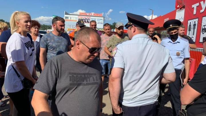 В Ростовской области строители трассы перекрыли въезд на рынок. Торговцы устроили стихийный митинг