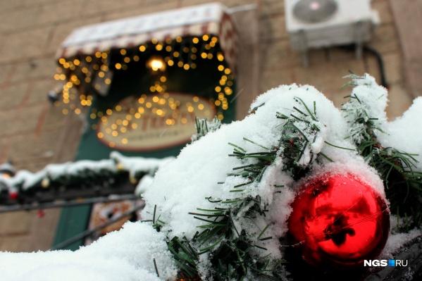 Свежевыпавший снег на новогодних украшениях в центре Новосибирска добавляет несколько баллов к праздничной атмосфере