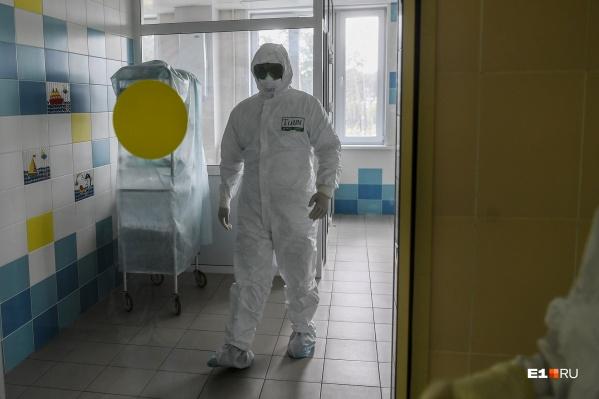 Чтобы не заразиться, врачи работают с пациентами в специальной экипировке