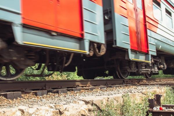 60-летний пенсионер попал под поезд на переезде