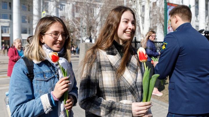 «Свой идеал мы уже нашли»: волгоградские летчики вышли в центр города с охапками цветов