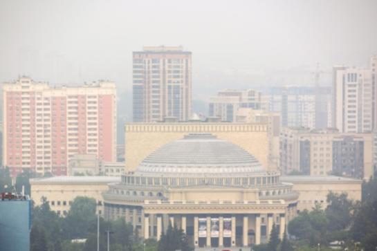 В центре Новосибирска жутко пахнет канализацией (даже респиратор не спасает)
