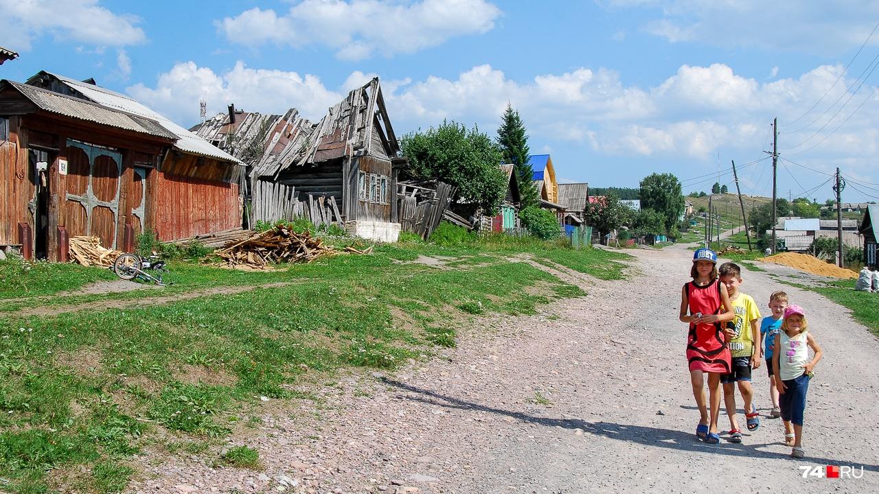 Дети идут по полуразрушенной улице в Катав-Ивановске