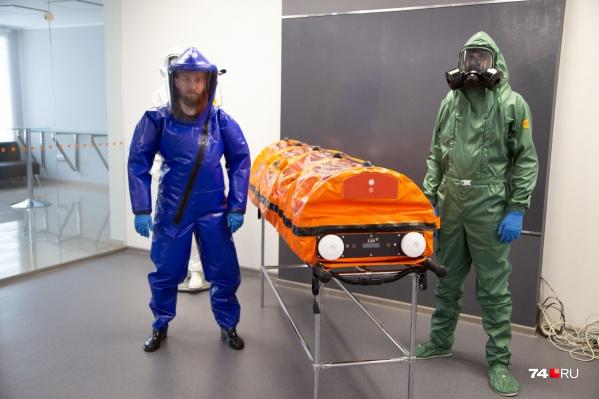 Вот так должны выглядеть врачи и другие специалисты, работающие в зоне заражения опасной инфекцией