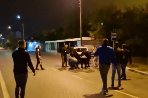 На прибывших на место полицейских напали пьяные волжане