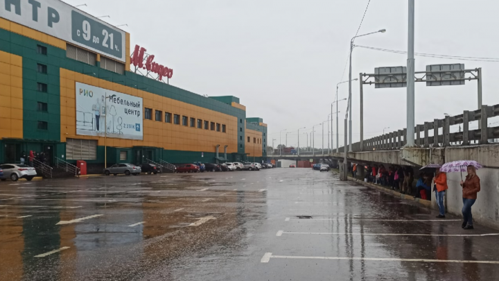 В Ярославле эвакуировали торговый центр, всех покупателей отправили под мост. Что случилось