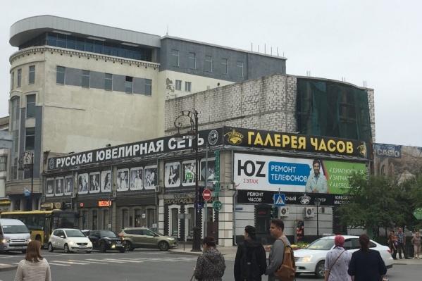 Под снос попал кирпичный самострой, выглядывающий из-за здания «Русской ювелирной сети»