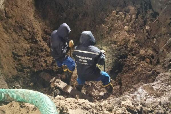 Мужчину засыпало землей, спасатели искали его несколько часов