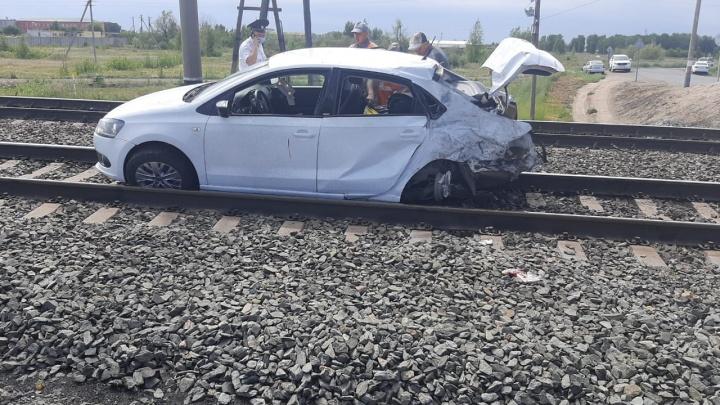 Женщина за рулём иномарки попыталась проскочить перед поездом. Погибла пассажирка её авто