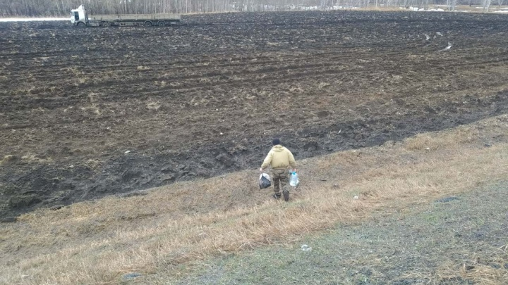 Тюменский дальнобойщик, слетевший с трассы во время непогоды, неделю живет в холодной кабине в поле