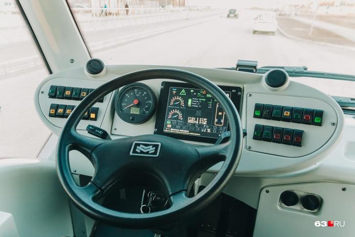 Водителю нужны два спидометра — цифровой на экране и аналоговый