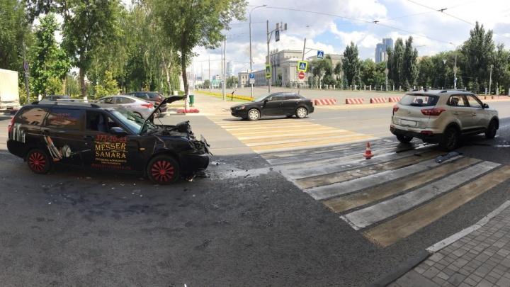 В центре Самары на пешехода отбросило машину после ДТП