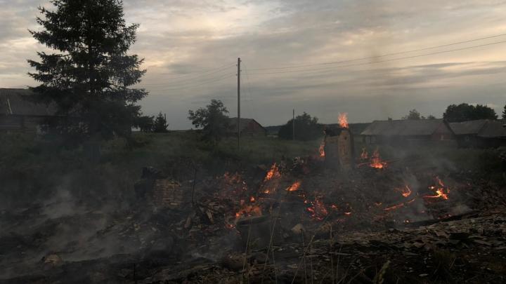 В Холмогорском районе сгорел дом. Спасатели полагают, что в нём погибла женщина
