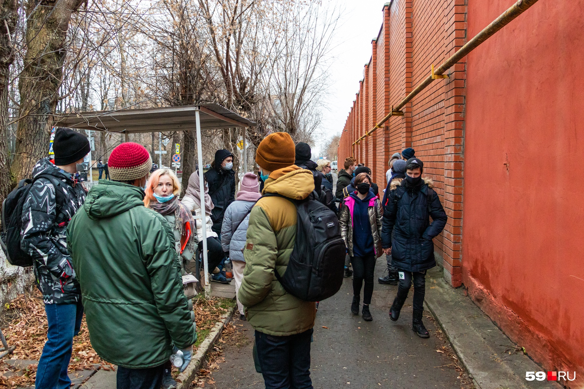 Товарищи и просто сочувствующие пермяки ждали Александра перед зданием СИЗО