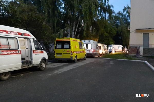 Эта очередь из машин скорой помощи выстроилась около КТ-центра на Чапаева