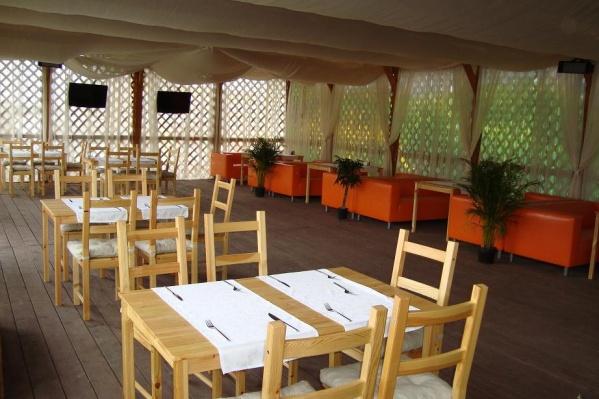 Ресторанам, где есть летние веранды, наконец повезло