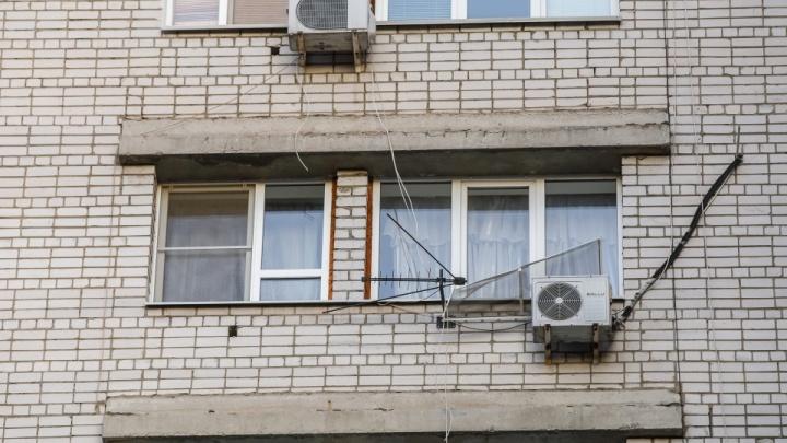 «Обещали начать работу после карантина»: в Волгограде вновь объявились загадочные установщики окон