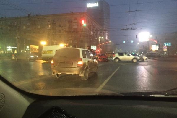 Колонны машин выстроились и на Первой Продольной, и на улице Комсомольской
