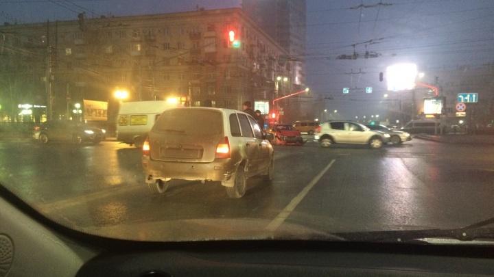Авария на злополучном перекрестке Волгограда затормозила Первую Продольную магистраль