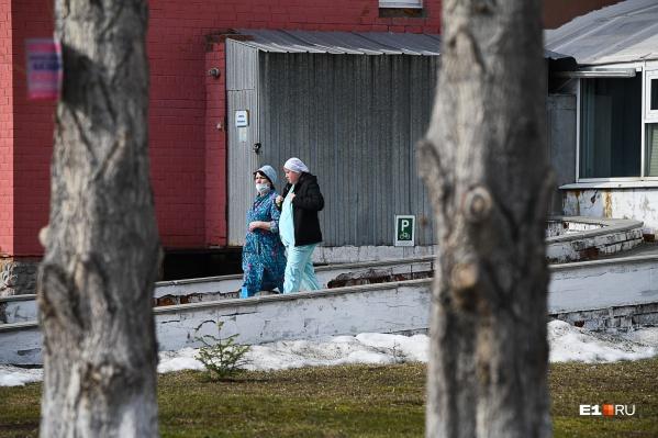 С начала пандемии коронавирусом в Свердловской области заразился 51 человек