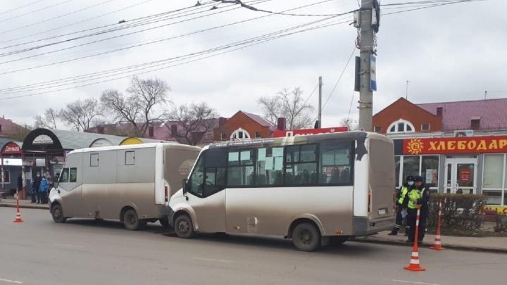 На остановке «Лизы Чайкиной» столкнулись две маршрутки. Пострадала пенсионерка